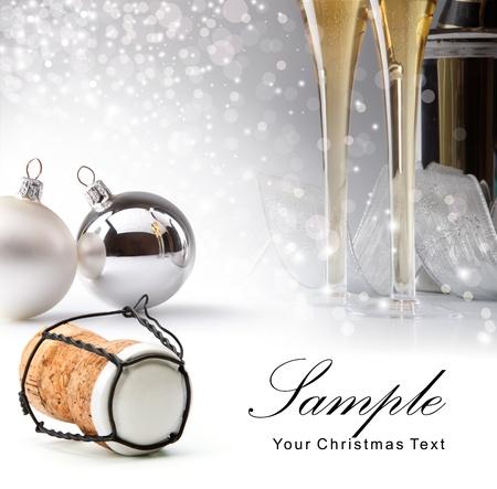corcho: Tarjeta de Navidad con bolas de árbol de Navidad y copas de champán sobre un fondo blanco