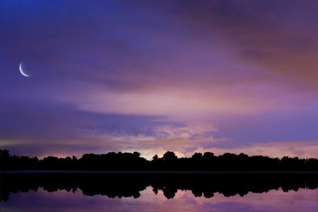 estrellas moradas: cielo de fondo reflejada en el agua durante la noche