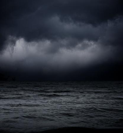 cielo tormenta: fondo oscuro abstracto. las olas del mar contra el cielo negro