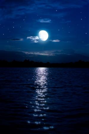 noche y luna: Arte abstracto de fondo la noche con la luna y las estrellas sobre el agua Foto de archivo