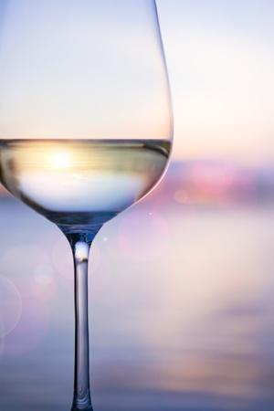 vino bianco sullo sfondo cielo con nuvole