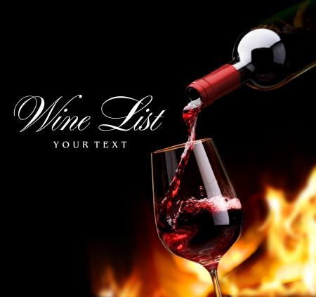 Gießen Wein vor dem Kamin Standard-Bild