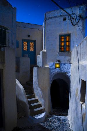 paisaje mediterraneo: Nocturno de la calle estrecha en la isla de Santorini