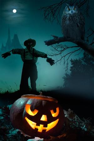 Calabaza miedo, Espantapájaros y búho cerca del castillo en la noche de Halloween