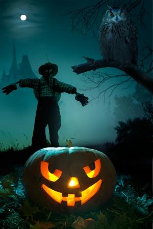 espantapajaros: Scary calabaza, espantapájaros y el búho cerca del castillo en la noche de Halloween Foto de archivo