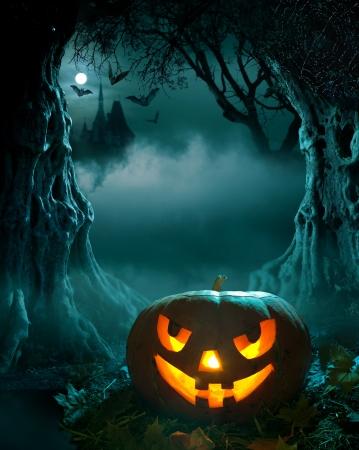 Diseño de Halloween, la calabaza que brilla intensamente en una iglesia de bosque oscuro de miedo Foto de archivo