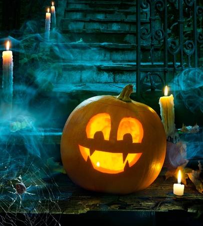 calabazas de halloween: Fiesta de Halloween en el cementerio por la noche, cara de calabaza diversi�n con el vampiro