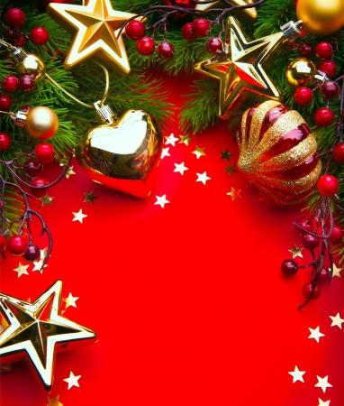 Entwerfen Sie eine Weihnachts-Grußkarte mit Weihnachtsschmuck auf einem roten Hintergrund