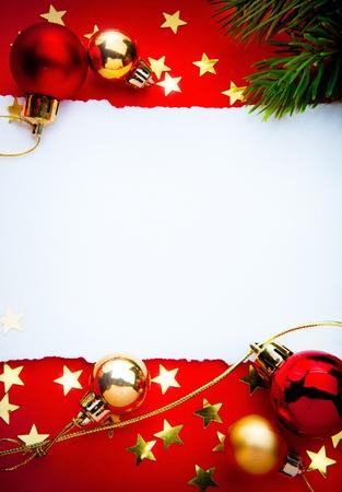 muerdago navideÃ?  Ã? Ã?±o: Diseño de una felicitación de Navidad con un documento sobre un fondo rojo