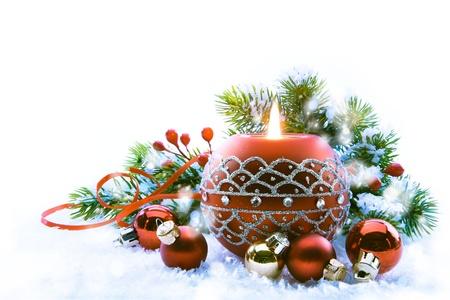 velas de navidad: Decoraciones en el fondo blanco