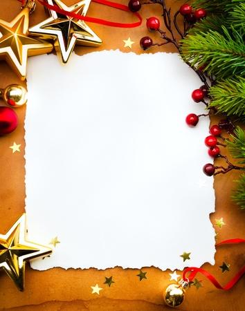carte de voeux noel: Concevoir une carte de voeux de No�l avec du papier blanc sur un fond rouge