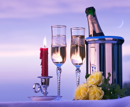 luz de velas: cena romántica con vino felices en el cielo de fondo
