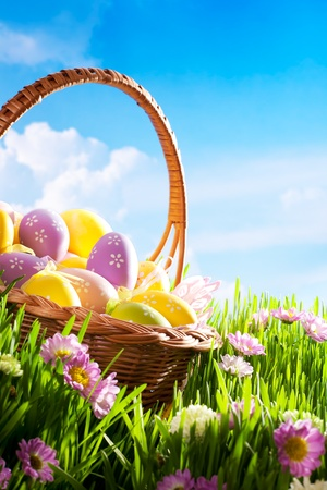 decoradas con huevos de pascua en la hierba con flores Foto de archivo