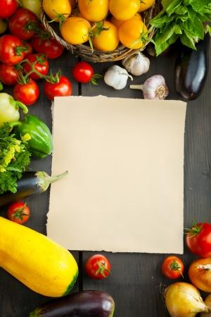 campesino: verduras frescas en una mesa de madera Farmers Market