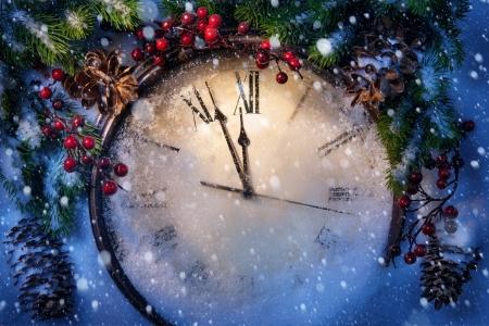 old year: Orologio di Natale e rami di abete coperto di neve