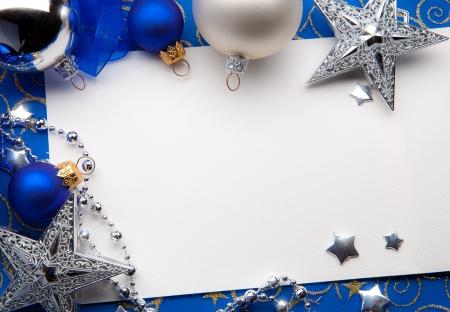 Projete um cart�o de Natal com decora��es do Natal em um fundo azul Banco de Imagens