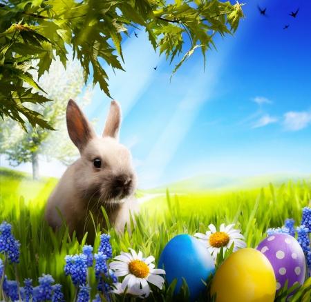 arbol de pascua: arte Poco conejo de Pascua y huevos de Pascua en la hierba verde Foto de archivo