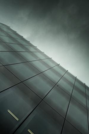 constru��o de neg�cios de vidro moderno na noite