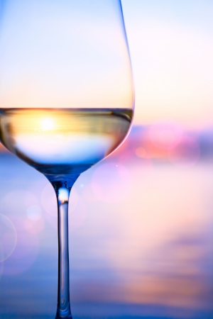 여름 바다의 배경에 화이트 와인 스톡 콘텐츠