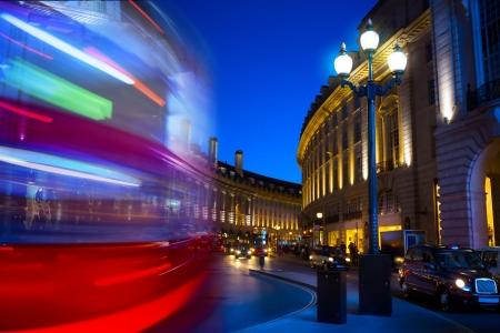 circo: arte Piccadilly Circus en Londres por la noche