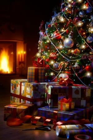 christmas design: Kunst Kerstboom en kerst cadeau dozen in het interieur met een open haard Stockfoto