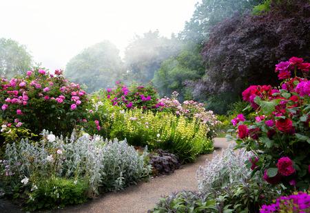 英国式庭園で、朝のアート花