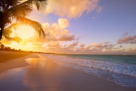 paisagem: Art Nascer do sol bonito sobre a praia tropical Banco de Imagens