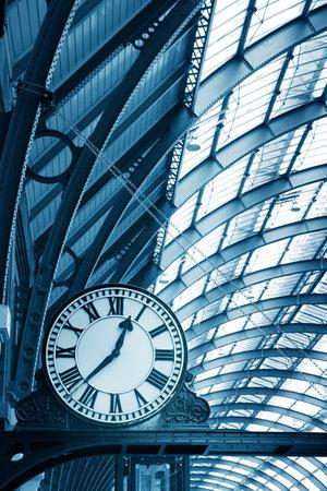 estacion de tren: Reloj en el moderno edificio de la estación de metro Editorial