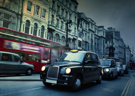 ロンドンの通りのタクシー