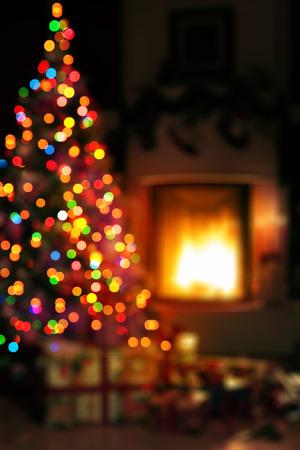 holiday: escena del arte de la Navidad con los regalos del árbol y fuego en fondo