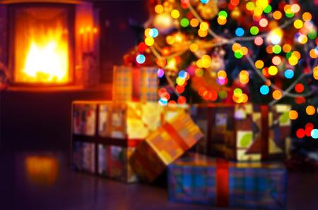 escena del arte de la Navidad con los regalos del árbol y fuego en fondo