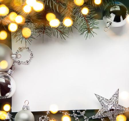 muerdago navideÃ?  Ã? Ã?±o: fondo de vacaciones de Navidad de arte; la luz del árbol Foto de archivo