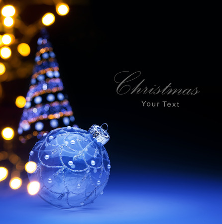Blue Christmas ball and Christmas holidays lights Banque d'images
