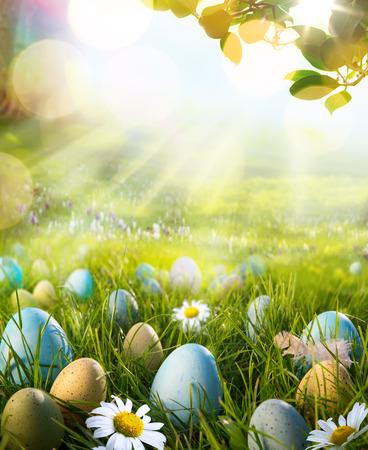 pascuas navide�as: huevos de Pascua en el arte campo de primavera Foto de archivo