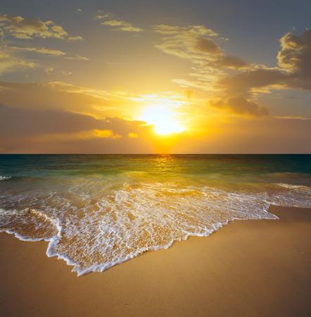 playas tropicales: puesta de sol sobre la playa