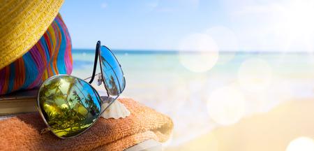 sole occhiali: Cappello, borsa e da sole di paglia occhiali su una spiaggia tropicale Archivio Fotografico
