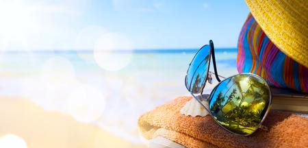 palmeras: Sombrero, bolso y gafas de sol de la paja en una playa tropical