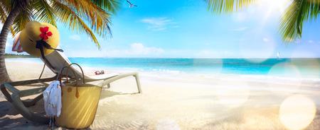 Pláž židle a klobouk na písečné pláži. Koncepce pro odpočinek relaxační dovolenou lázeňském středisku.