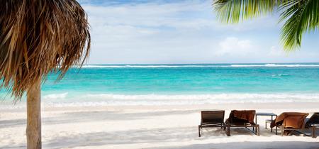 playas tropicales: silla de arte y paraguas de playa en la playa de arena. Concepto para el resto vacaciones relajación balneario.