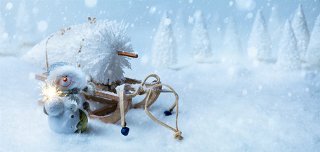 art Christmas background with Christmas tree on Santa sleigh Standard-Bild