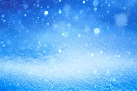 neige qui tombe: paysage d'hiver de No�l avec des chutes de neige Banque d'images