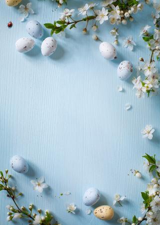 primavera: Huevos de Pascua y flores de primavera en el fondo de madera Foto de archivo