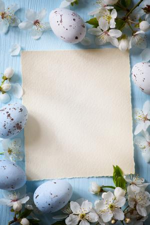 木製の背景に美術イースター卵します。 写真素材