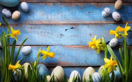 art Pasen achtergrond met paaseieren en de lentebloemen