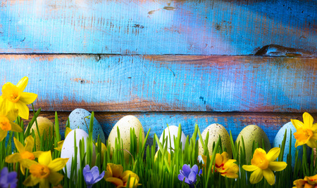 イースターの背景にイースターの卵、緑の草の春の花 写真素材
