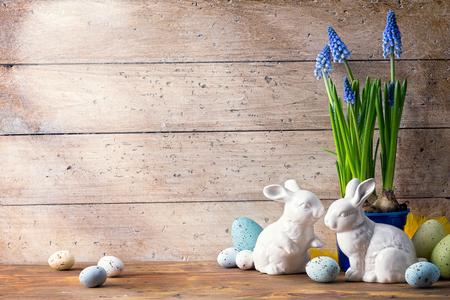 huevo: Día del arte feliz Pascua; conejito de Pascua de la familia y los huevos de Pascua Foto de archivo