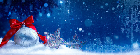 Blue Christmas; Vakantie achtergrond met decoratie van Kerstmis op sneeuw