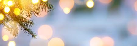 Kerstboom; Vakantie achtergrond met Kerstmis lichte decoratie op sneeuw Stockfoto