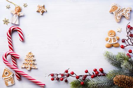 テキストのコピー スペースと白い背景のクリスマス休日組成