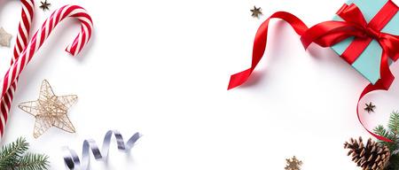 Kerstvakantie Decoratie-element; Kerstmisgrens met sparrentakken en Kerstmisornament op witte achtergrond. Plat leggen, bovenaanzicht